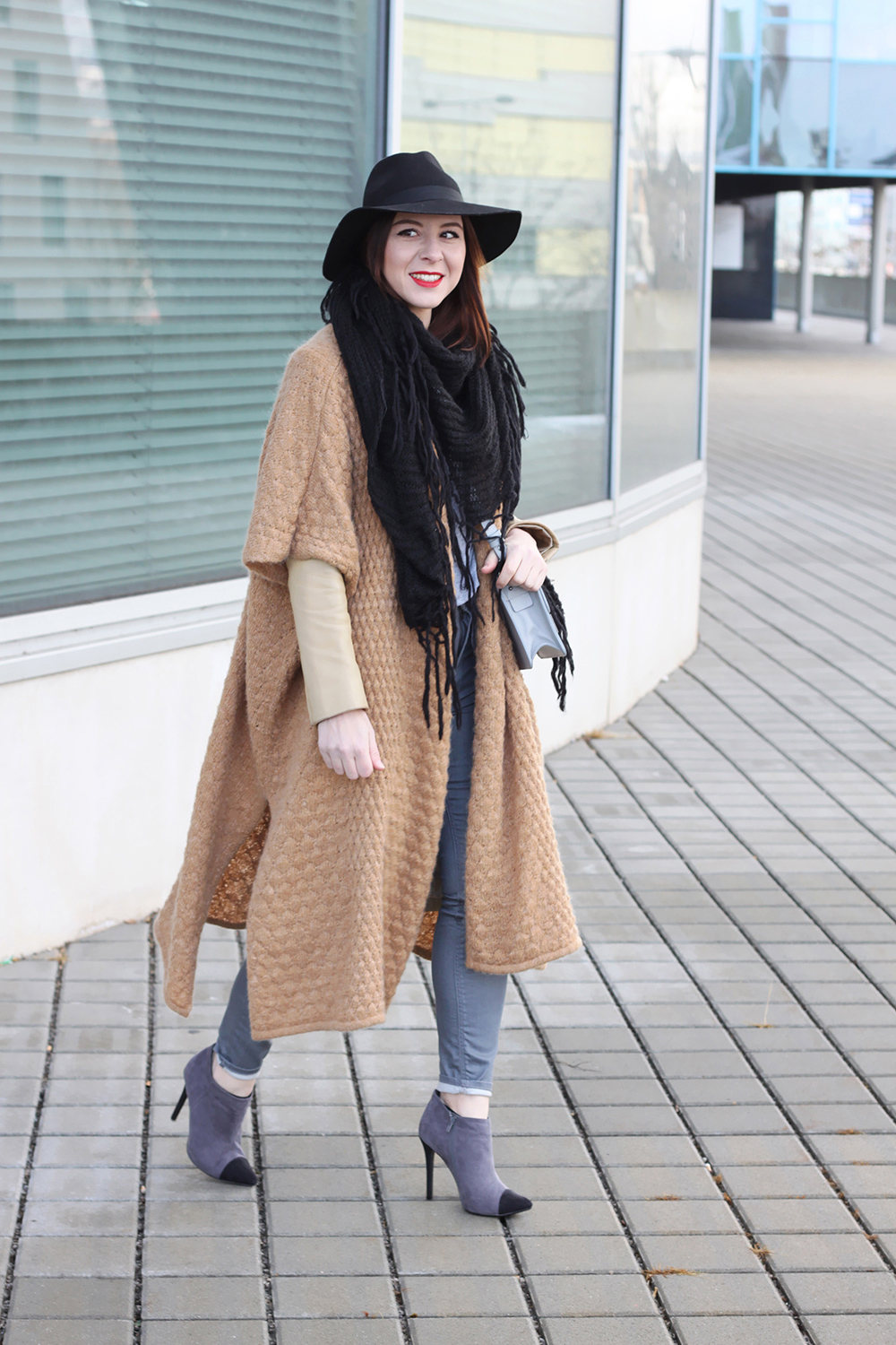 who is mocca, blogger tirol, fashionblogger, ootd, layering, lagenlook, beige, grau, neutral shades, wie kombinieren, how to style, wie traegt man, cape, poncho, anklets, fedora, rote lippen, ledermantel, vintage, topshop, cross body, fransenschal, barts, primark