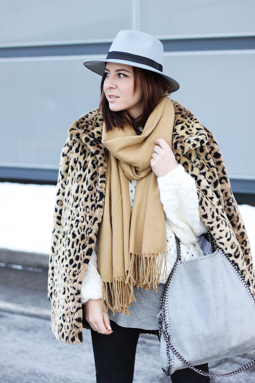 who is mocca, blogger tirol, mode, fashion, beauty, food, rezepte, lifestyle, leopard mantel kombinieren, isabel marant boots fransen, stella mccartney falabella lookalike, fedora hut grau, boohoo, strickpullover oversize, ootd, outfitinspiration, skinny shaping jeans, graues basic shirt