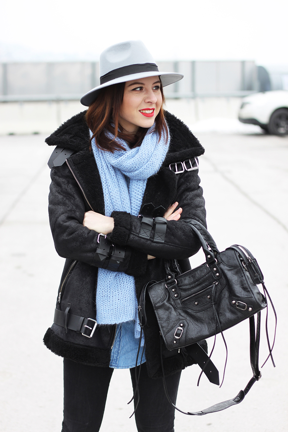 who is mocca, fashionblog, tirol, blogger, mode, pimkie, weisse sneaker, balenciaga lookalike tasche motorcycle oasap, acne lookalike shearling jacket pepe jeans, hellblauer schal, fedora hut grau, jeanshemd
