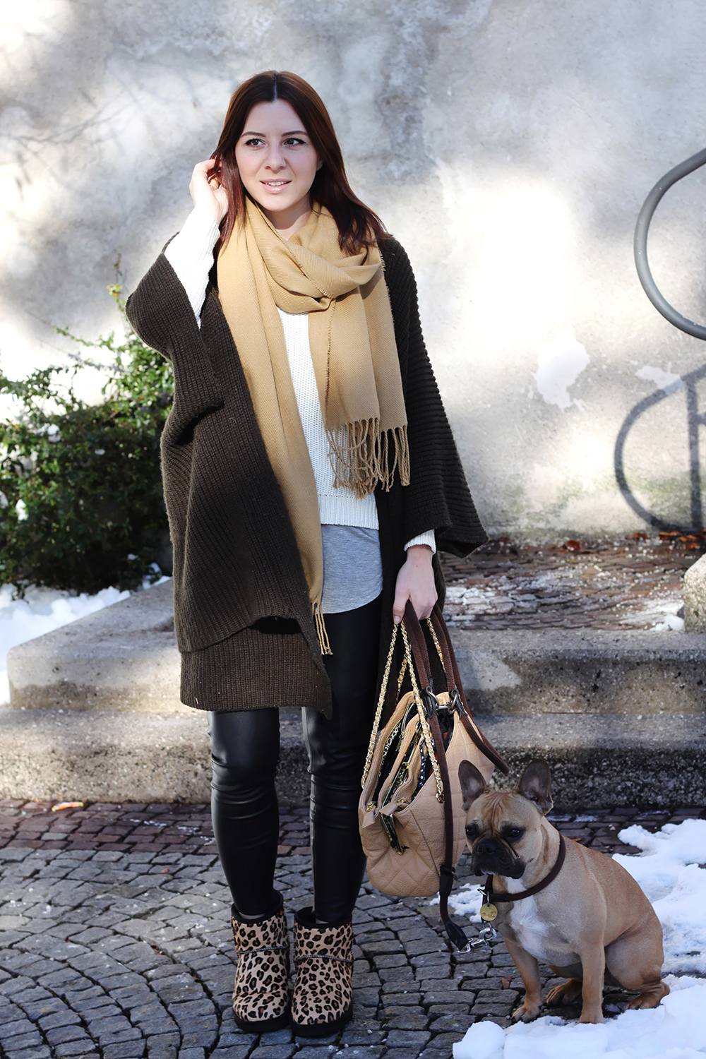 who is mocca, fashionblog, blogger, tirol, oesterreich, austria, foodblogger, frenchie, gesteppte tasche, layering, lagenlook, cape, lederhose, camel schal fransen forever21, ugg boots leo mini, ugg australia