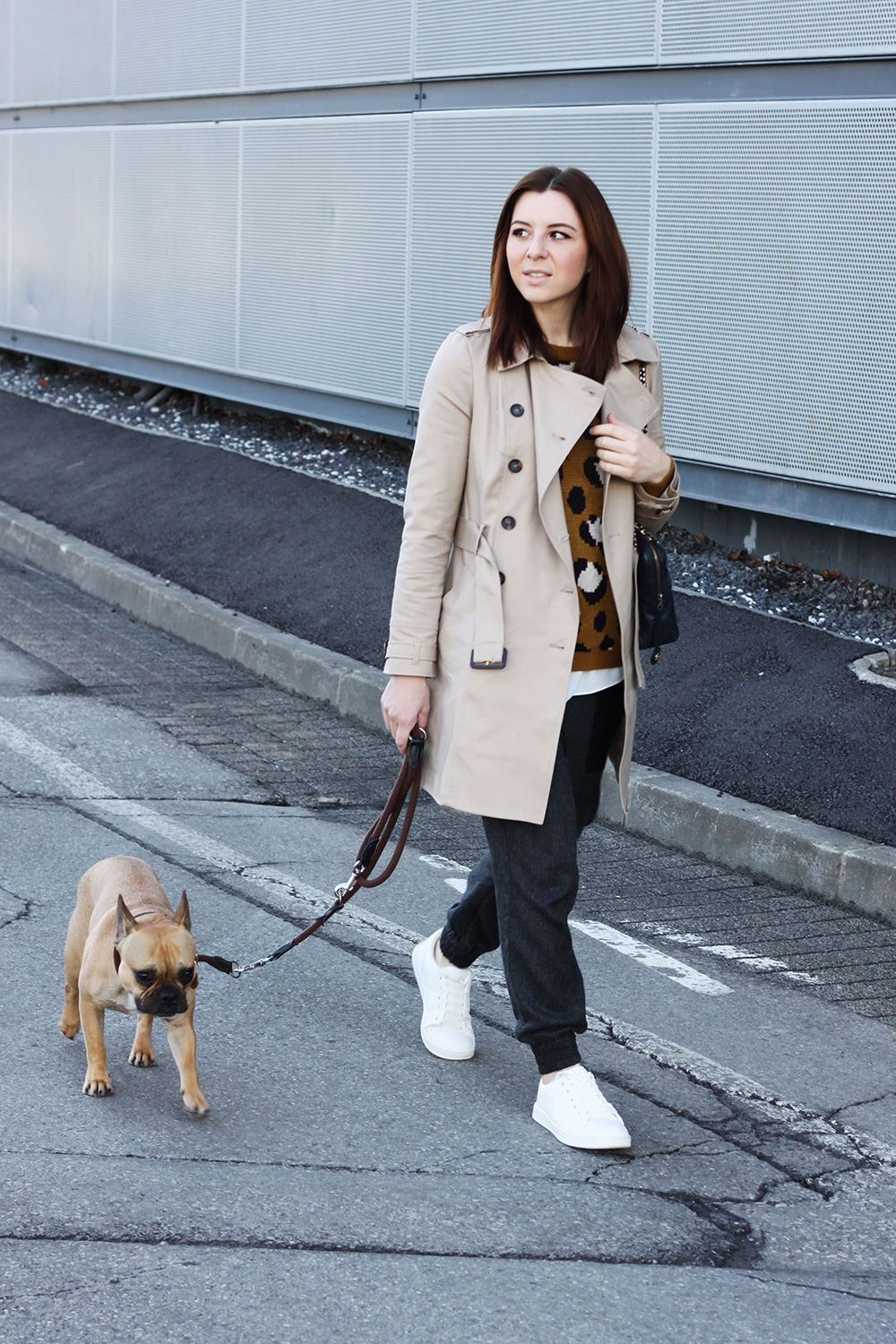 who is mocca, blogger tirol, tirolerin, fashion, mode, austria, oesterreich, pimkie sneaker weiss, adidas stan smith outfit, trenchcoat orsay, zara hose baggypants, chanel tasche camera vintage, forver21 pullover leopard, casual, frenchie, whoismocca.com