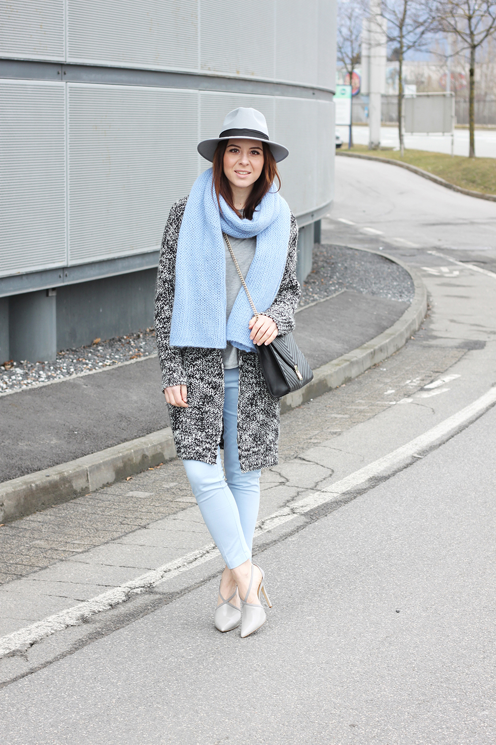 who is mocca, blogger, tirol, tirolerin, mode, fashion, fruehling, spring, outfit, pastell, hellblau, orsay, justfab, strickschal, cardigan, saint laurant lookalike bag, fedora grau boohoo, whoismocca.com