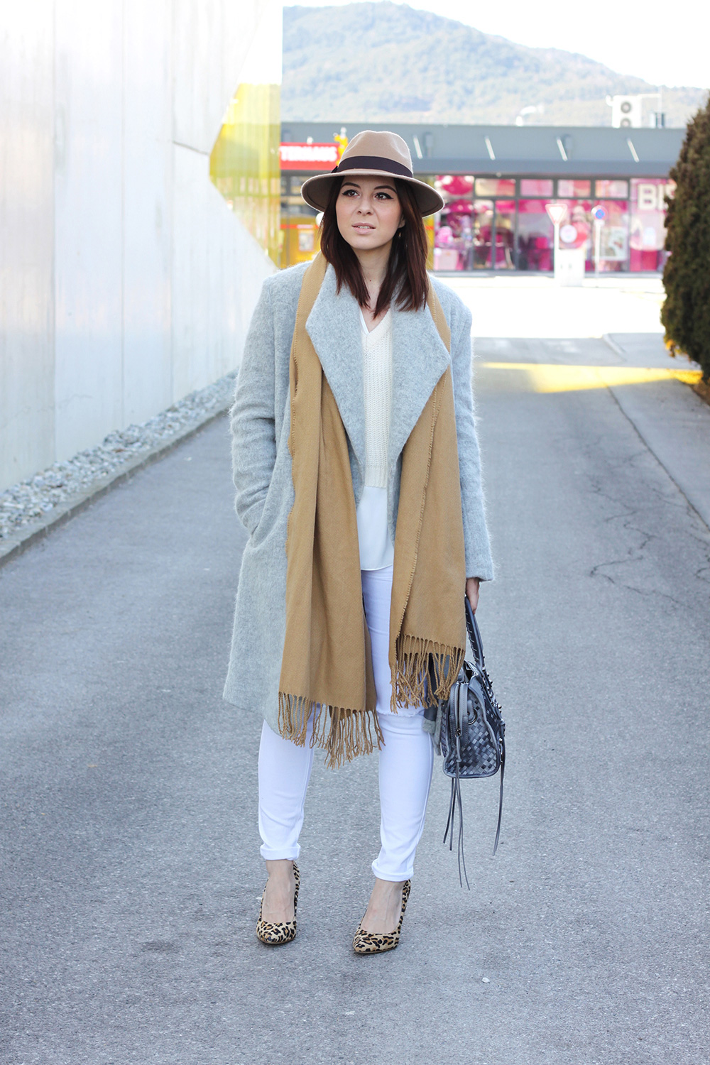 who is mocca, fashionblog, tirol, mode, beauty, tirolerin, new look, grauer mantel, leo pumps, forever21 schal camel, motorcycle bag balenciaga oasap lookalike, fedora braun beige primark, ootd weiss beige, whoismocca.com