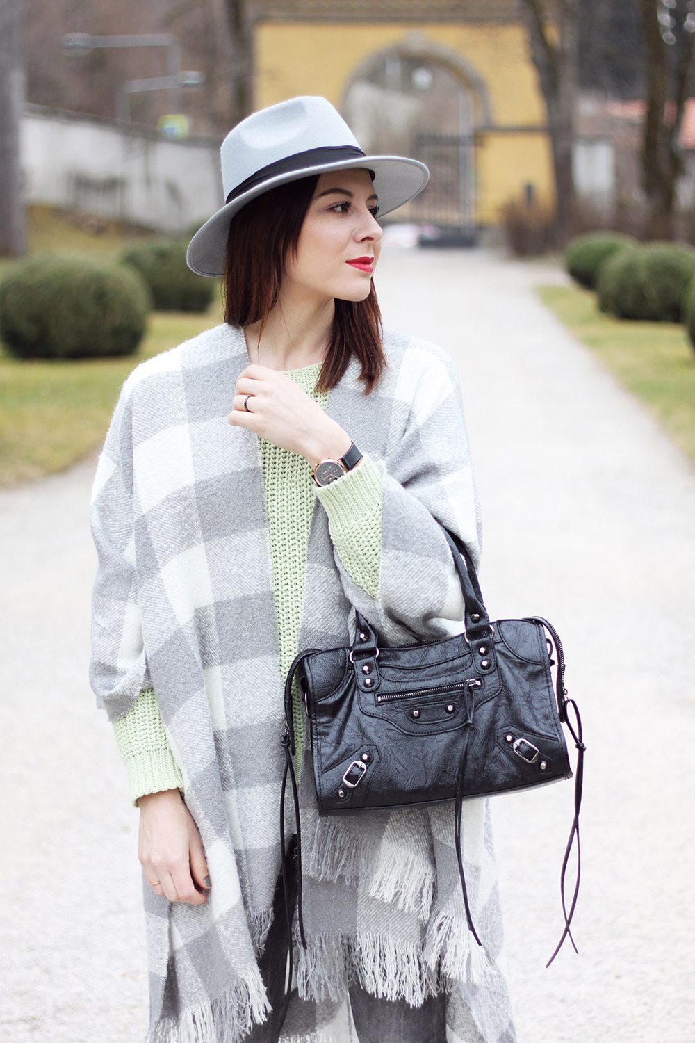 who is mocca, blogger, tirol, tirolerin, fashion, cape newlook, strickpullover hm trend, schnuerschuhe roland, oasap motorcycle bag, fedora boohoo, frenchie, whoismocca.com