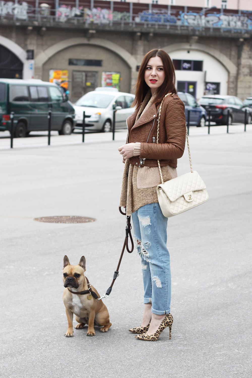 who is mocca, fashionblog, tirol, tirolerin, mode, chanel jumbo classic 2.55 double flap bag beige, lederjacke, hm, oasap, zara, boyfriend jeans, new look pumps, frenchie, french bulldog, cardigan, whoismocca.com