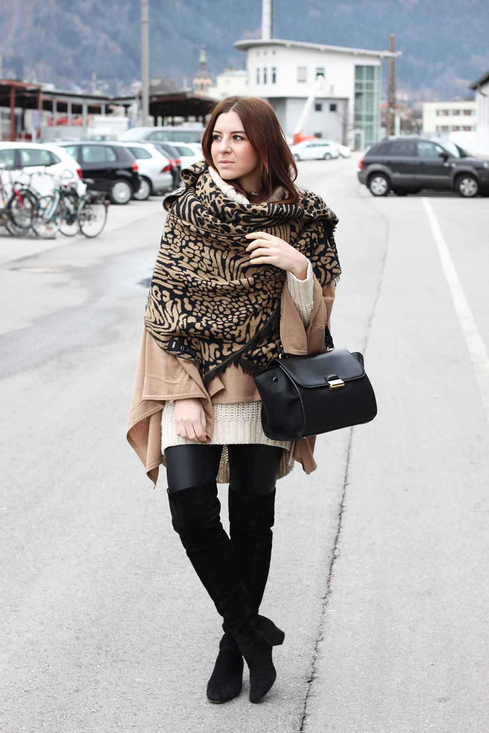 overknee stiefel poncho und trapez bag who is mocca. Black Bedroom Furniture Sets. Home Design Ideas