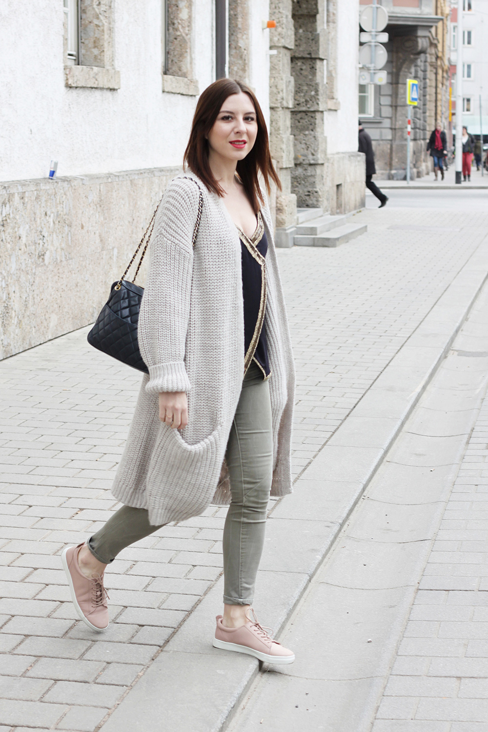 who is mocca, fashionblog, tirol, tirolerin, austria, oesterreich, blogger, sneaker kombinieren, how to style, how to wear, kombinieren, skinny jeans, khaki, oversize cardigan, tasche chanel jumbo vintage camera tassel bag, pailletten top hm, roter lippenstift mac, whoismocca.com
