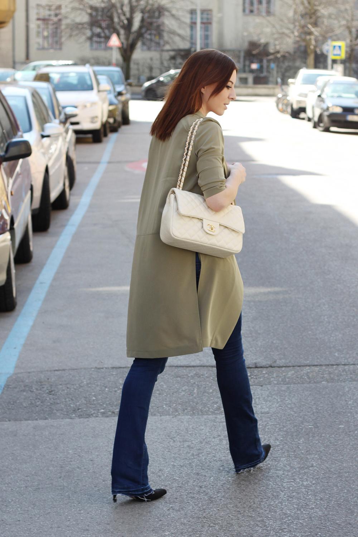 who is mocca, blogger, tirol, modeblog österreich, modeblog tirol, fashionblog, flared jeans, shirt, long blazer khaki, ankle boots, chanel jumbo beige, whoismocca.com
