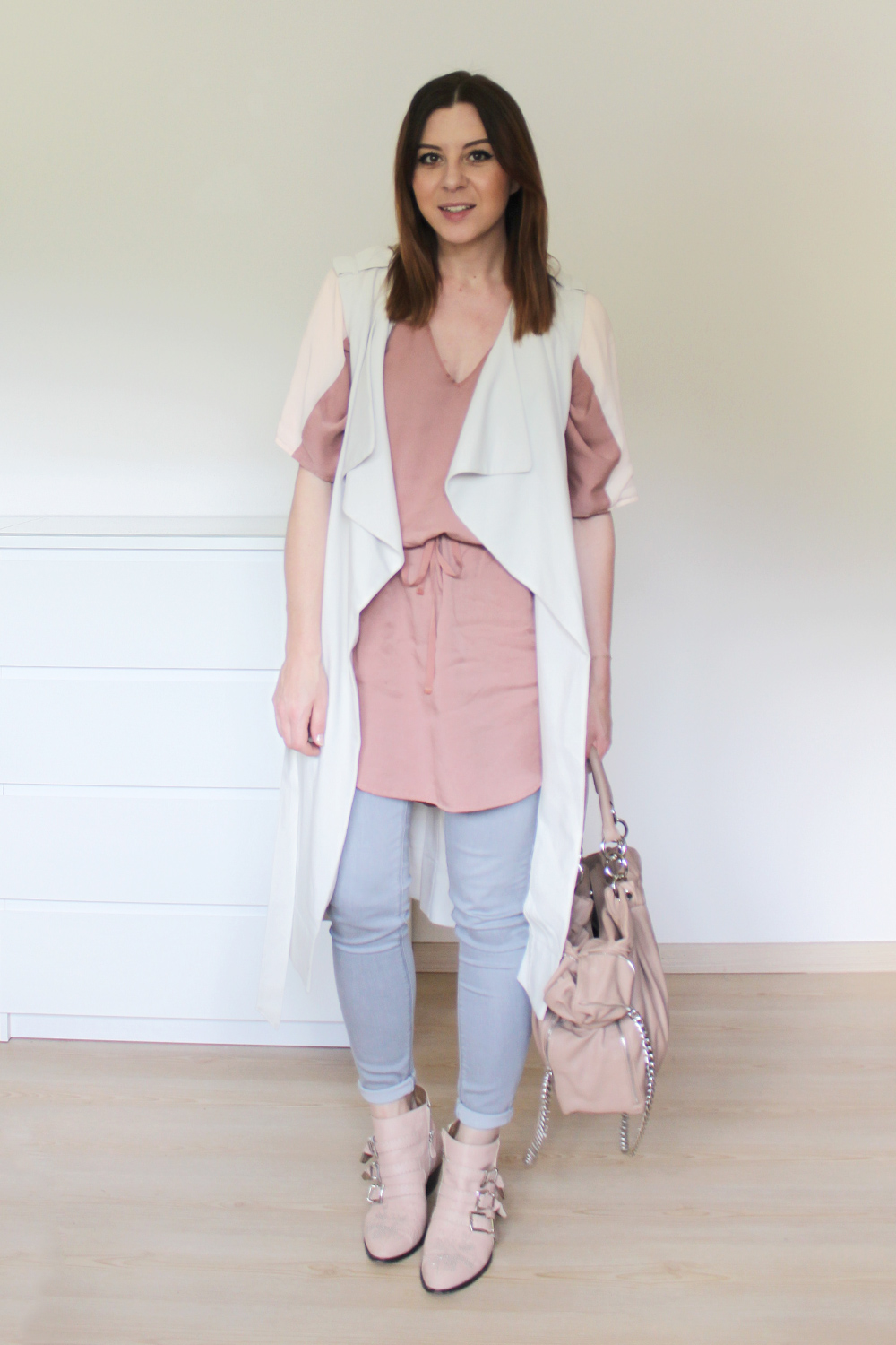 who is mocca, blogger tirol, innsbruck, tirolblog, österreich, fashionblogger, ootd, outfit inspiration, campus kleid about you, chloe susanna boots, zara tasche nude, fliessende weste