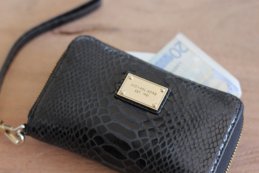 who is mocca, blogger, tirol, modeblog, fashionblog, whats in my bag, alexander wang rocco bag, le specs half moon sonnenbrille, visitenkarten blogger, iphone 6, iphone 5s, paper planks calendar, michael kors geldtasche, mobiles ladegerät iphone, whoismocca.com
