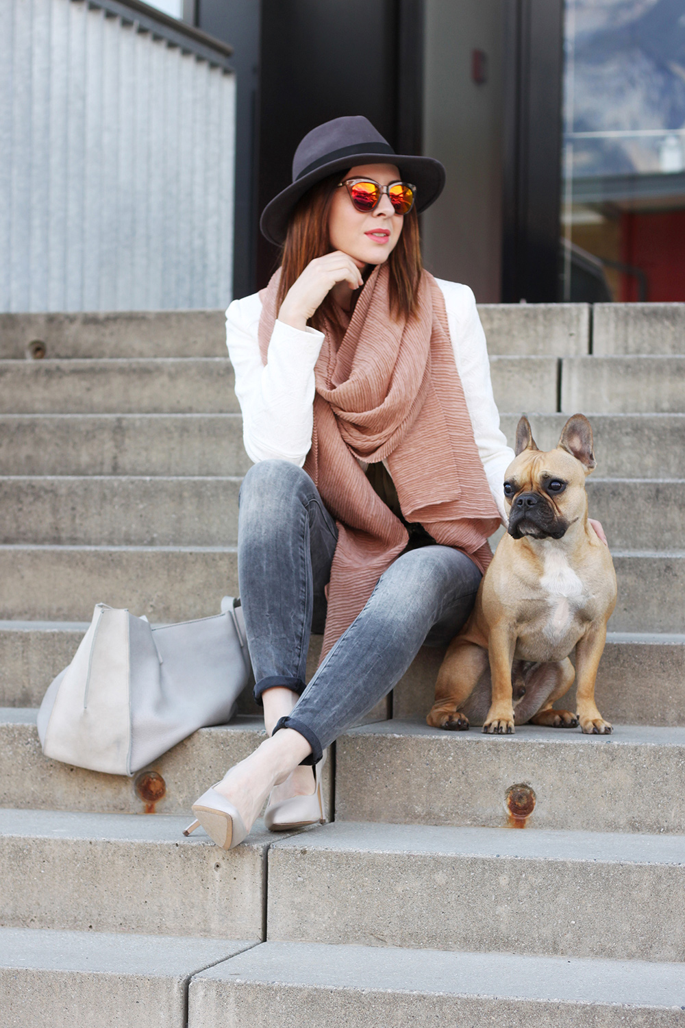 who is mocca, blogger, tirol, blog tirol, modeblog, fashionblogger, orsay, giveaway, outfit of the day, inspiration, pumps, mango, deal queen, frenchie, bulldog, fedora, vestiaire collective, khaki blouse, whoismocca.com