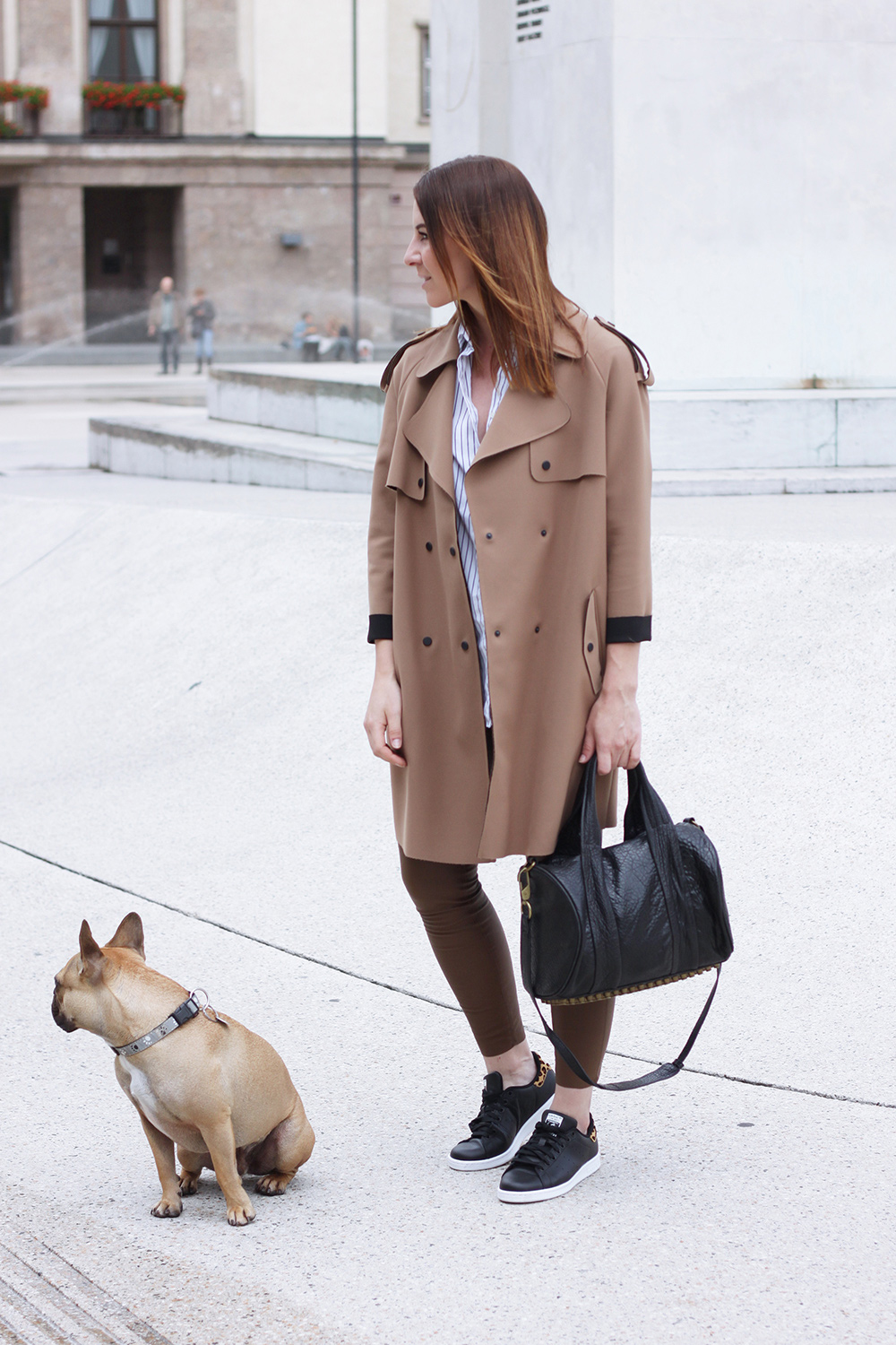 who is mocca, blogger, tirol, tirolblog, streetstyle, innsbruck, fashionblogger österreich, fashionblogger germany, trenchcoat topshop, lederhose zara, stan smith schwarz leopard, french bulldog, frenchie, alexander wang rocco bag, second hand, streifenbluse aglini, whoismocca.com