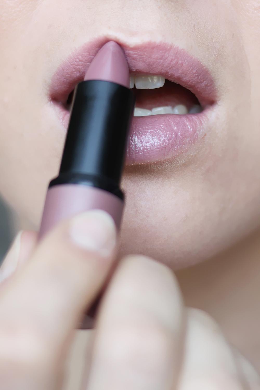 who is mocca, blogger, tirol, österreich, innsbruck, beautyblogger austria, lets talk beauty, review, erfahrungsbericht, makeup tutorial, lippenstifte, nude, catrice, essence, p2, drogerieprodukte, Nude Lippenstifte