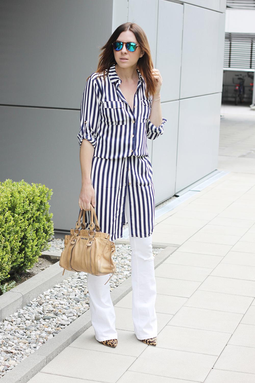 weiße flared Jeans, Streifen-Kleid und Vintage Tasche von Miu Miu