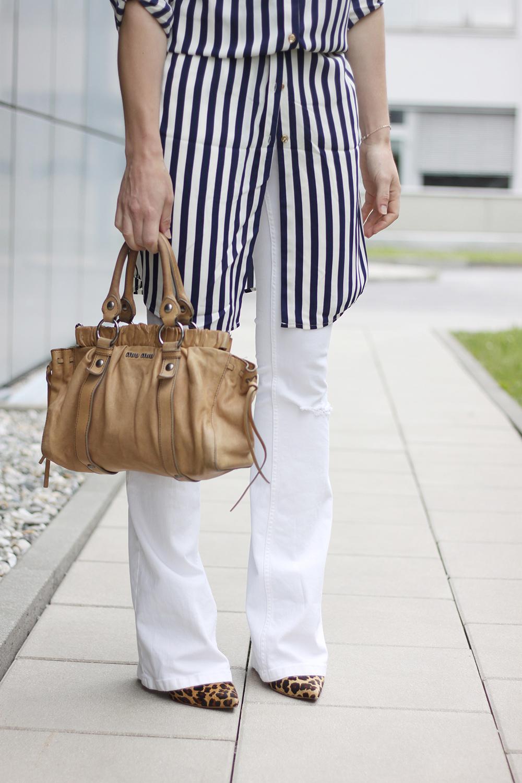 who is mocca, blogger, tirol, street style, weiße flared Jeans, streifenshirt, streifenkleid, oasis, miu miu vintage handtasche, bootcut jeans, whoismocca.com