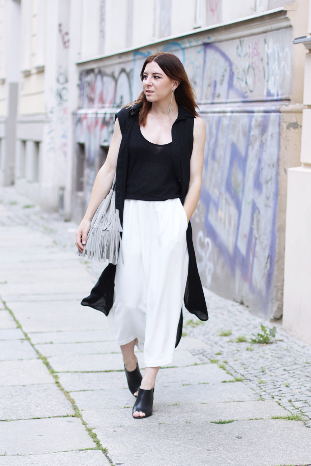 modeblog, who is mocca, blogger, tirol, austrianblogger, street style, berlin fashion week, lookbook, innsbruck street style, modeblogger, weiße culotte french connection, bucket bag zara fringe, pantoletten aldo, whoismocca.com