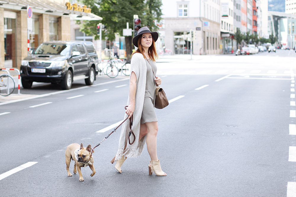 who is mocca, modeblog, fashionblog, frauenzimmer boutique innsbruck, coconuda kleid, chloe drew lookalike, just fab booties, frenchie, tirolblog, fedora, strickweste, whoismocca.com