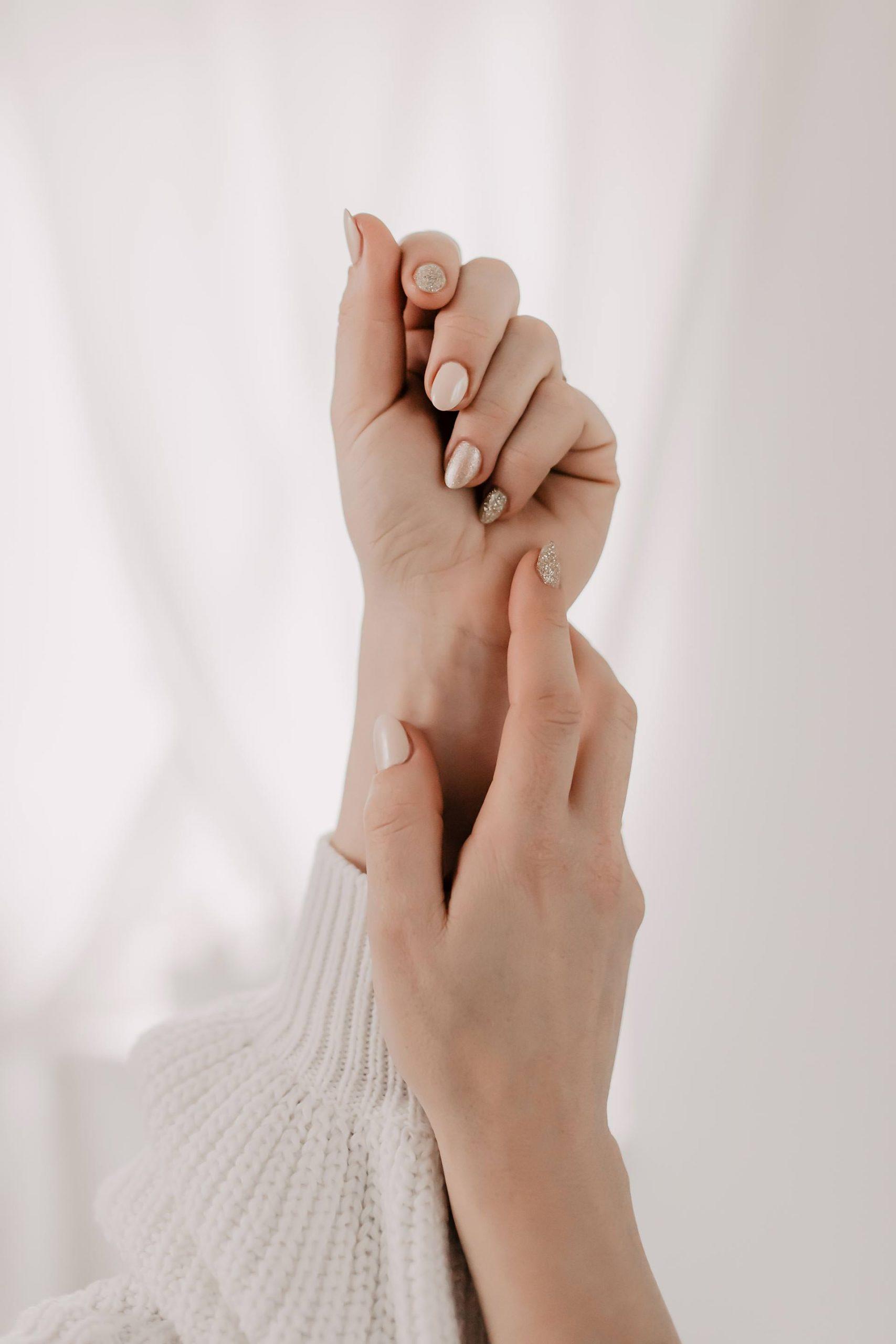 Im Beitrag auf meinem Beautyblog teile ich insgesamt 10 Tipps mit dir. Ich starte mit 5 wertvollen Ratschlägen für die Handpflege im Winter und gehe danach auf 5 weitere Hinweise für schöne Nägel an kalten Tagen ein. Jede Menge Pflegetipps und Beautytricks auf www.whoismocca.com #handpflege #nagelpflege #pflegetipps