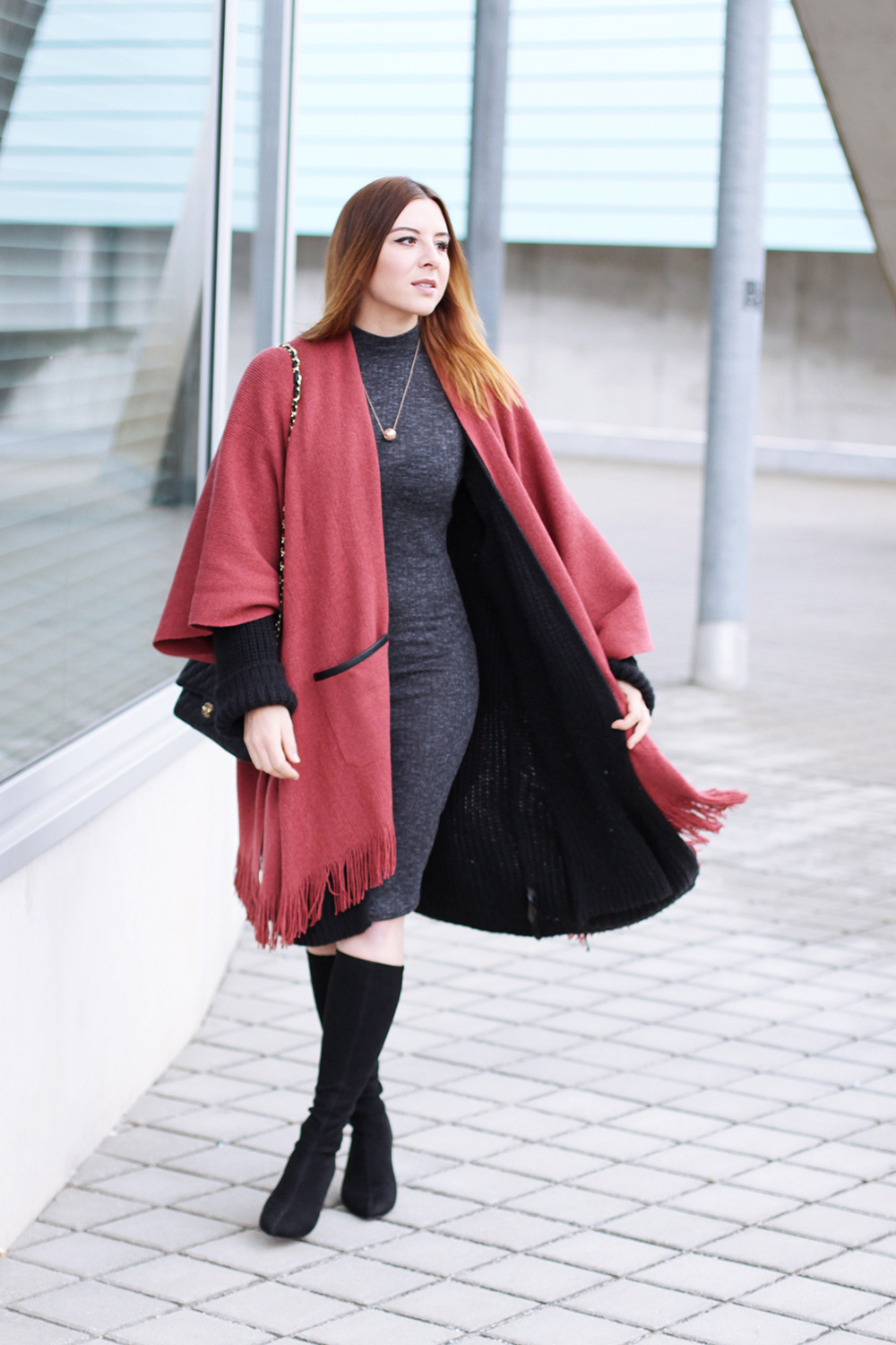 who is mocca, modeblog, fashionblog, cape outfit, cape kombinieren, stretchstiefel outfit, layering look, lagenlook, chanel classic schwarz 2.55, midikleid outfit, whoismocca.com