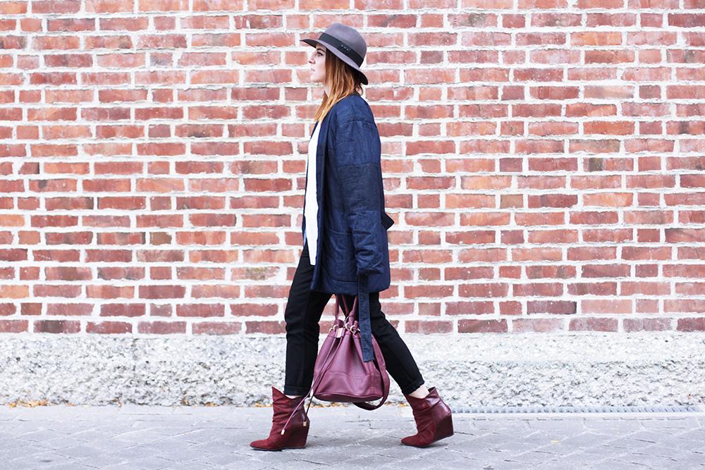 whoismocca modeblog fashionblog gesteppte jeansjacke kombinieren beuteltasche bordeaux. Black Bedroom Furniture Sets. Home Design Ideas