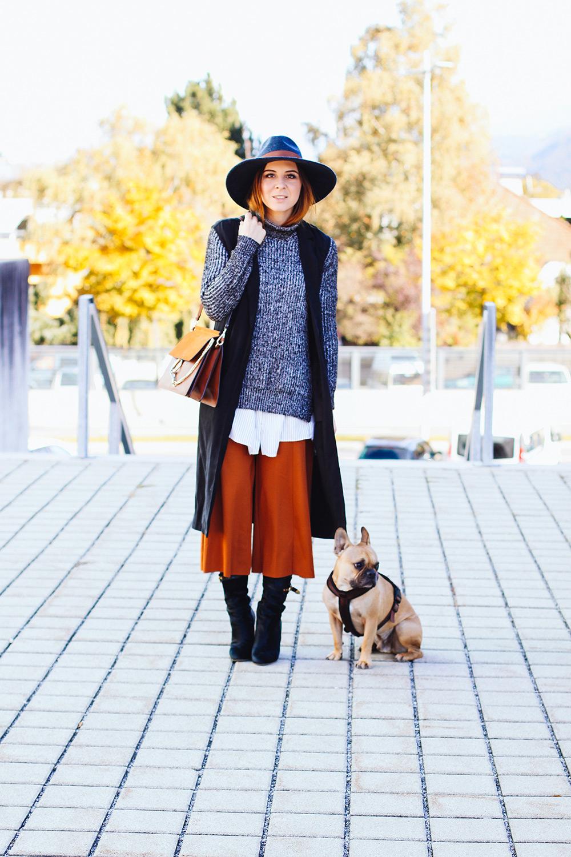 Midi Boots Outfit Mit Culotte Rollkragen Pullover Und Rmelloser Trenchcoat