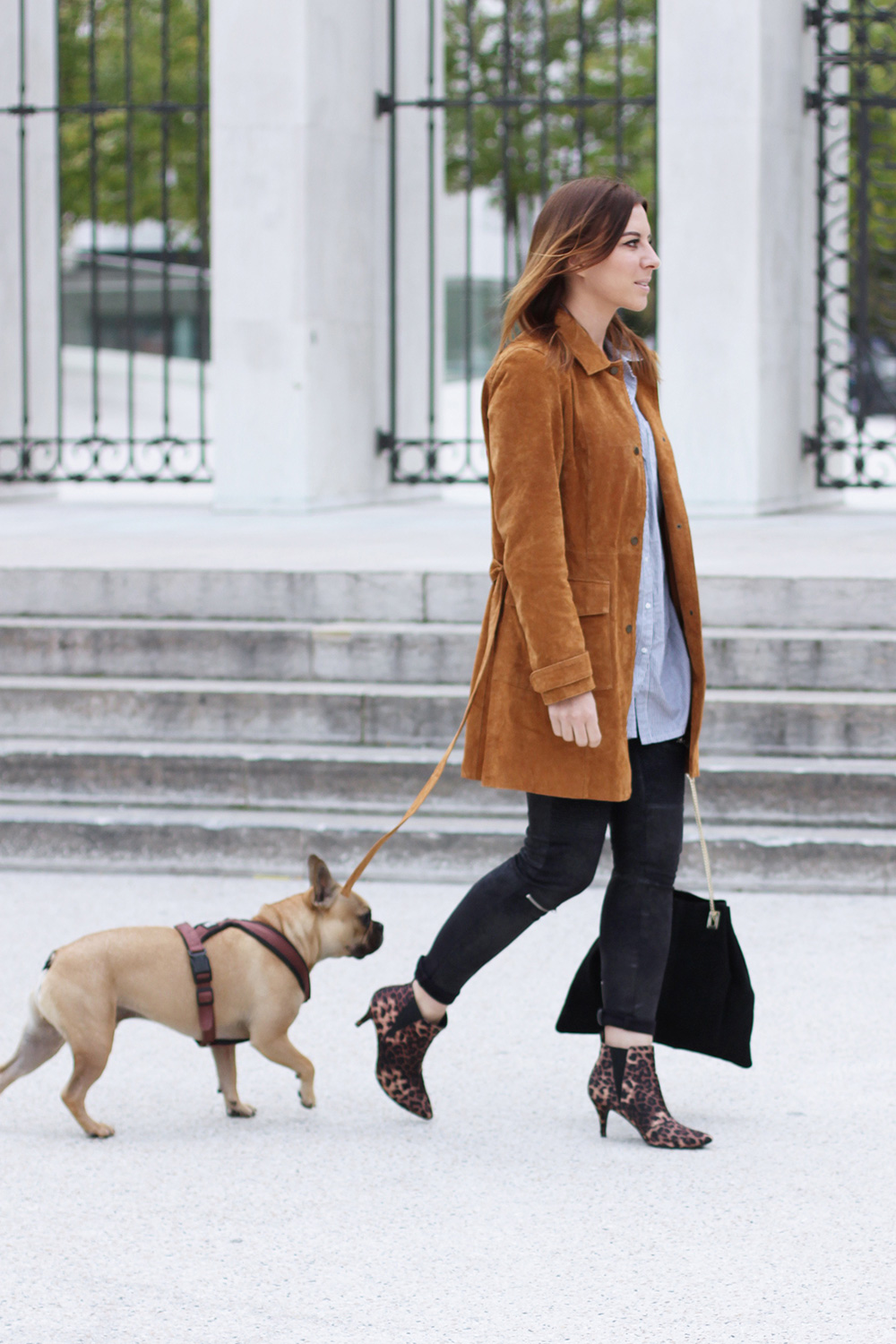 who is mocca, modeblog, fashionblog, wildledermantel zara, wildledermantel kombinieren, outfit of the day, leo boots, river island tasche, frenchie, innsbruck, streetstyle, lederhose, oversize streifenhemd, whoismocca.com