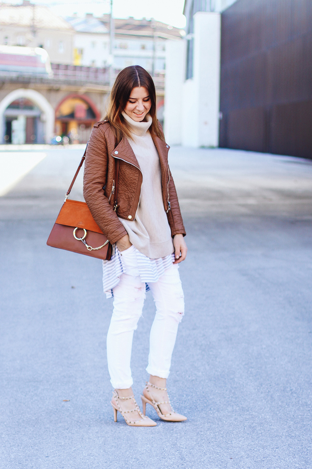 who is mocca, fashionblogger austria, white boyfriend jeans, valentino rockstud pumps, layering, chloe faye, whoismocca.com