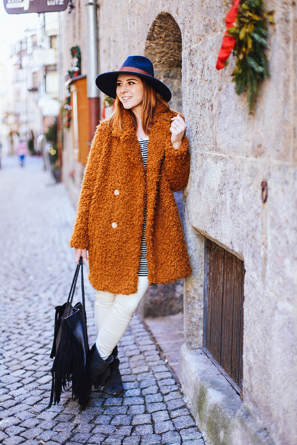 who is mocca, modeblog, fashionblog, influencer, mantel aus teddystoff, free people jeans, free people shirt, streifenshirt kombinieren, isabel marant pour hm boots, mango tasche mit fransen, fedora