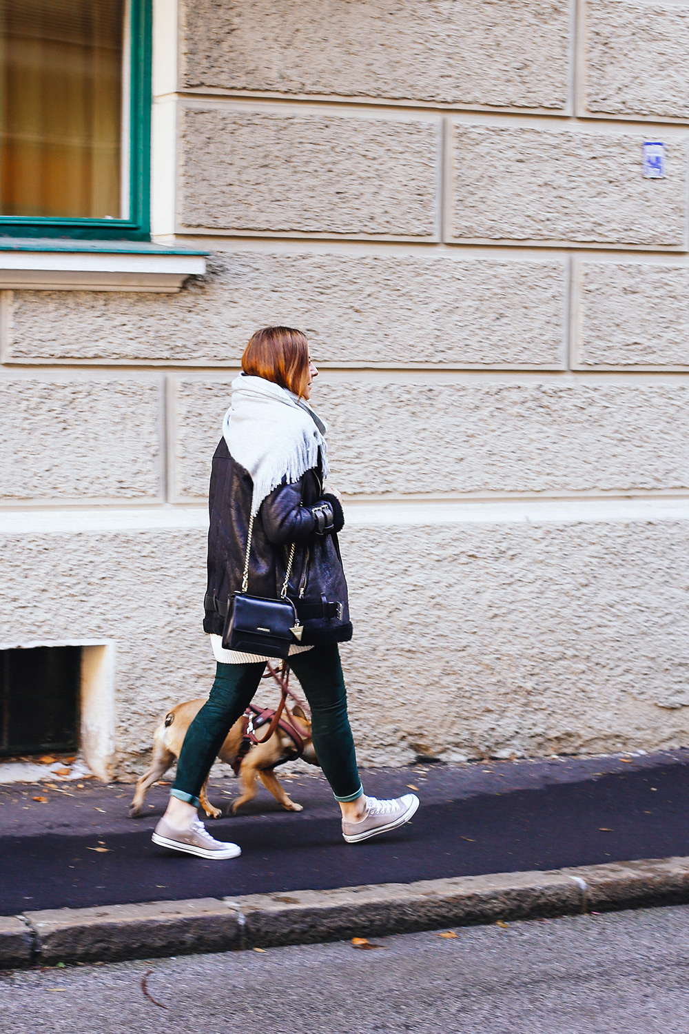 who is mocca, modeblogger, fashionblogger österreich, biker jacke, H&M Balmain Lederhose, acne lookalike jacke, pepe jeans velocite jacket, guess tasche, converse beige, schal mit fransen, layering, whoismocca.com