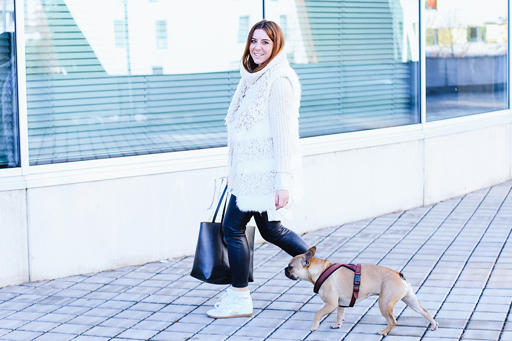 who is mocca, modeblogger österreich, fashionblogger tirol, influencer, fake fur weste, outfit lederhose, sneaker wedges kombinieren, frenchie, winteroutfit, whoismocca.com