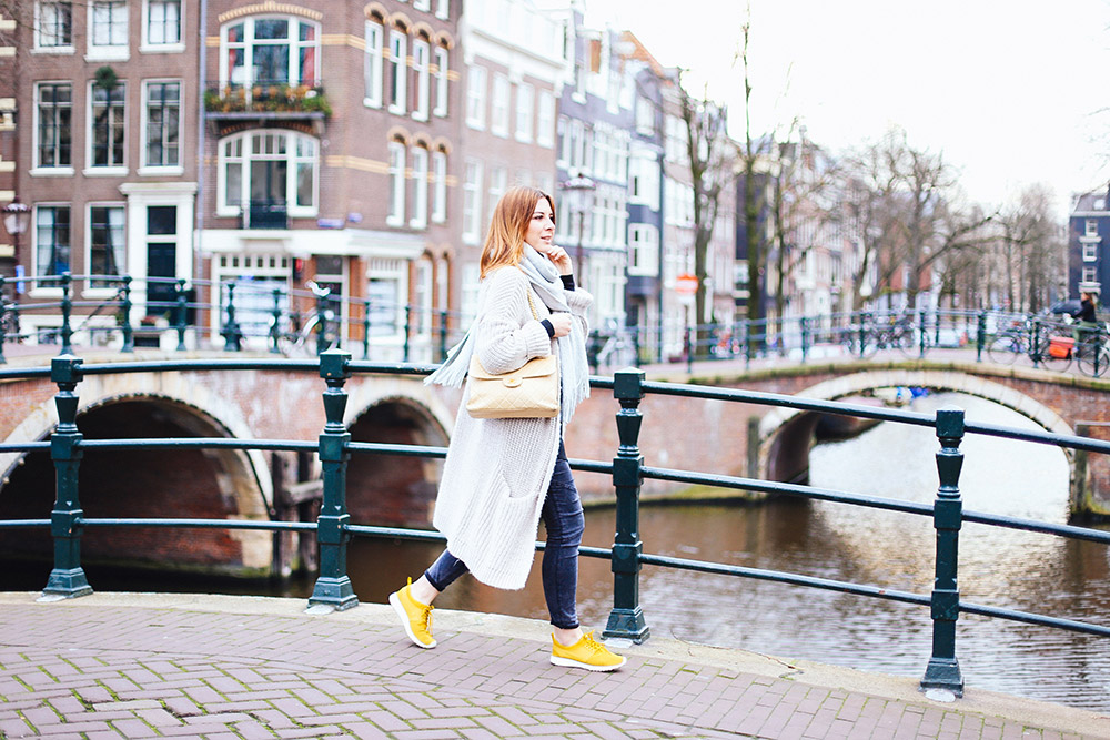 who is mocca, modeblog, fashionblog, influencer, vlogger, nike roshe run sneaker outfit, oversize cardigan, bikerhose mango, chanel double sided flap bag, double logo, vintage, amsterdam streetstyle, whoismocca.com