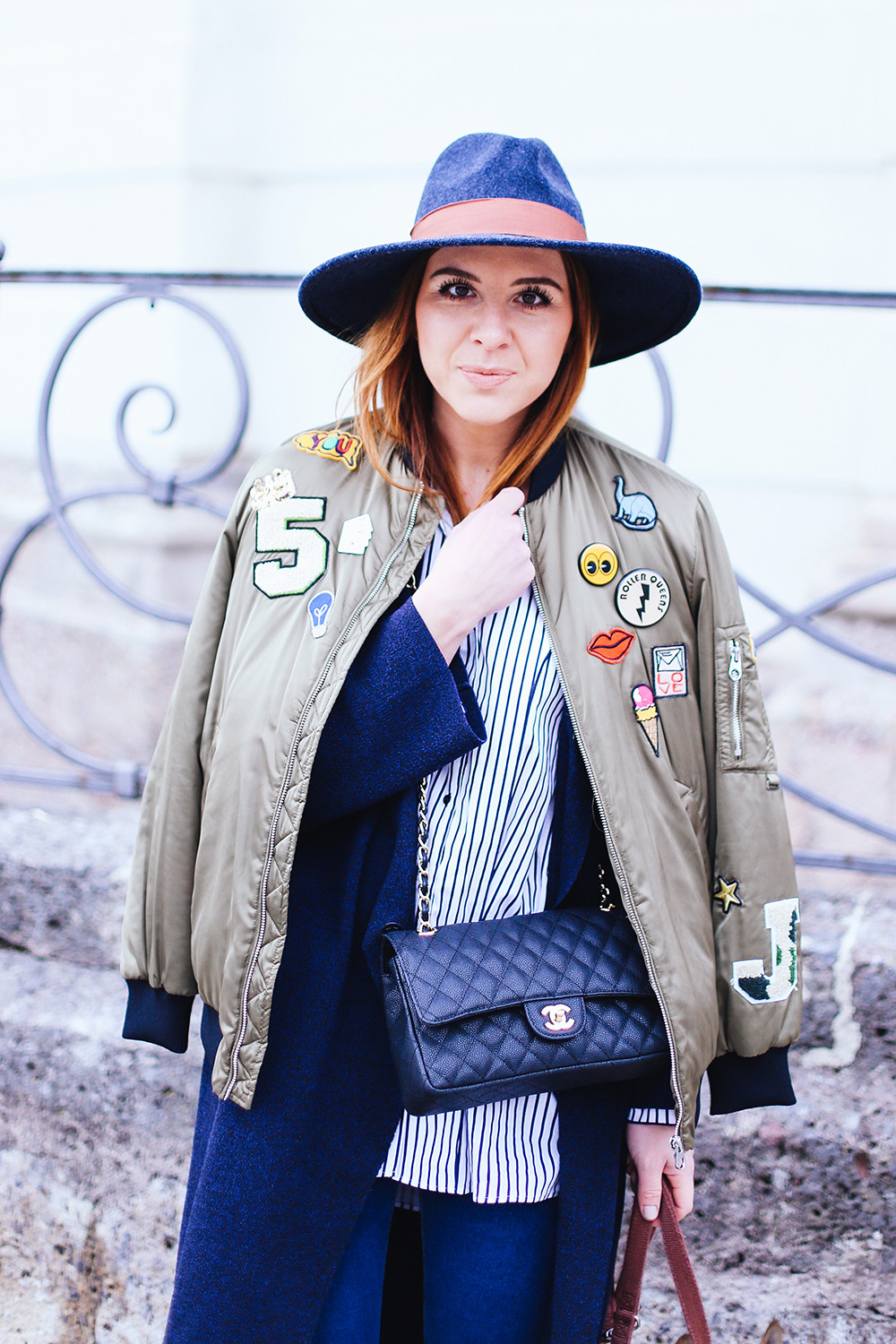 Bomberjacke kombinieren, Bomberjacke mit Patches, layering outfit, lagenlook, streetstyle innsbruck, frenchie, chanel flap bag, whoismocca.com, fashionblogger