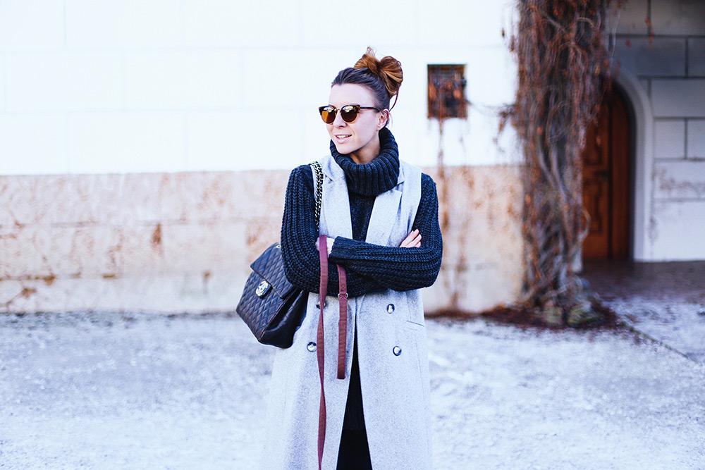 who is mocca, fashion blog, modeblog, deutschland, österreich, winter outfit, outfit mit weste, ärmellose weste, skinny jeans, stiefel mit print, Rollkragen pullover, messy bun, vintage Chanel jumbo xl flap bag, frenchie, schloss Ambras, tirol, Innsbruck Streetstyle, whoismocca.com
