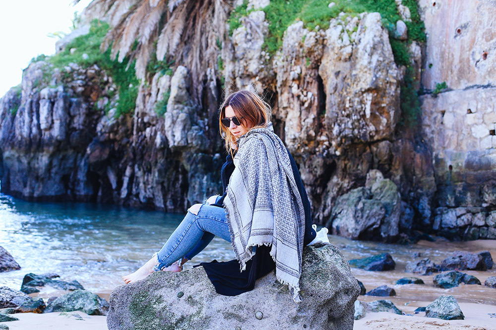 Ripped Jeans Outfit, Longshirt Free People, schwarzer Zara Pullover, Layering, Cascais, Lissabon, Küste, Streetstyle, Fashion Blogger, whoismocca.com
