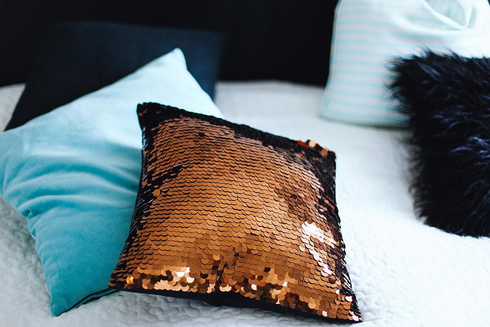 5 Tipps für ein gemütliches Schlafzimmer, Textilien, Dekoration, Kupfer, Mintgrün, Weiß, Schwarz, Frenchie, Bettwäsche, Ikea Bett, Matratze, Schlafzimmer Dekoration, Schlafzimmer Inspiration, whoismocca.com