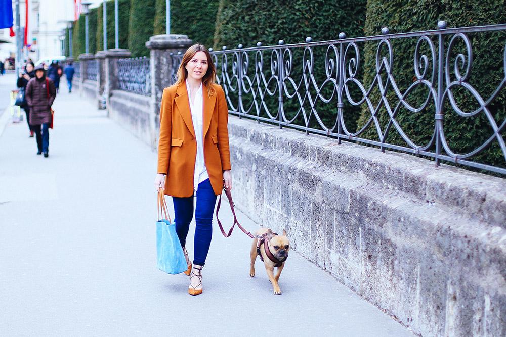 Serenity Lookbook, Trendfarbe Hellblau kombinieren, Pantone Farbtrends 2016, Hellblaue Tasche kombinieren, Cognac Blazer, Mid Heels Topshop, Schnürschuhe, Skinny Jeans, Fashion Blog, Mode Blog, Streetstyle, whoismocca.com