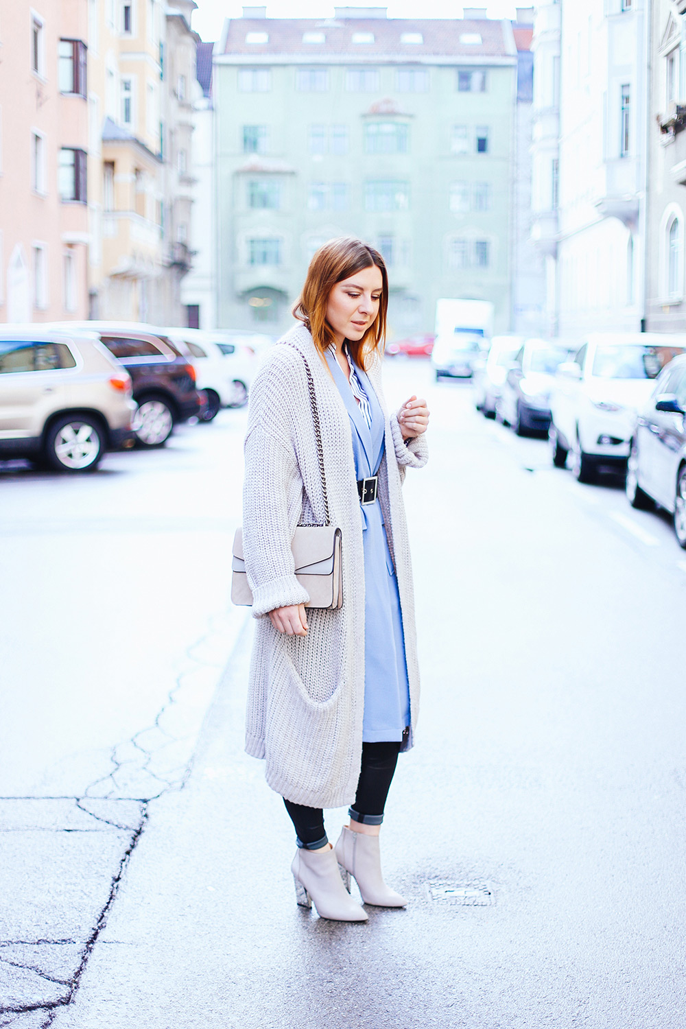 hellblaue Weste, perfekte Lederhose, layering, lagenlook, cardigan, gucci dionsysus, spring outfit, fashion blog, whoismocca.com