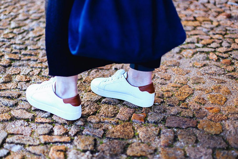 weiße Sneaker kombinieren, Lookbook, Streetstyle Lisbon, perfekte Lederhose, Beuteltasche Zara, Strick Cardigan, Frühlings Outfit, whoismocca.com, Fashion Blogger