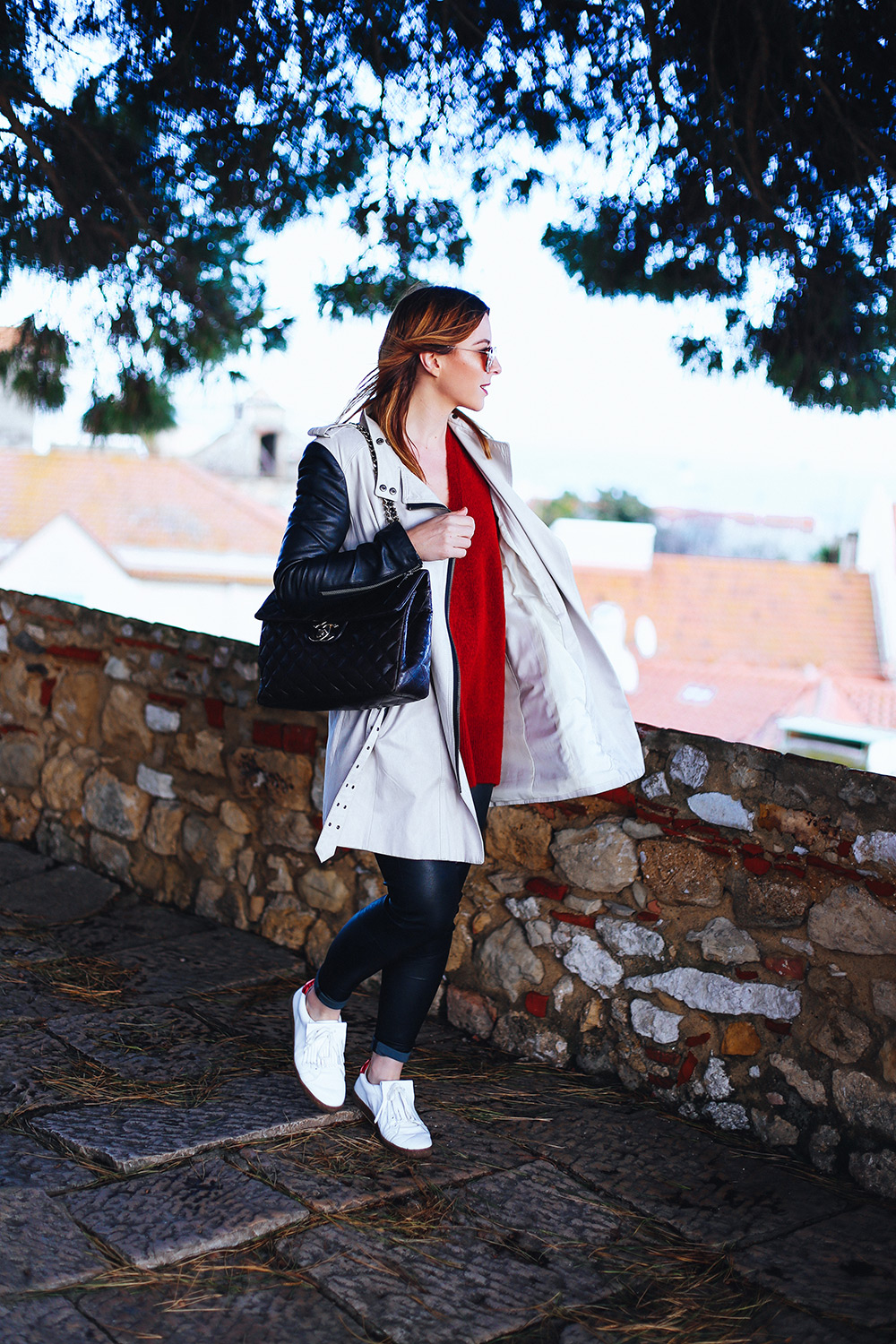 Trench coat Outfit, Lissabon Streetstyle, Mango white Sneaker, leather trousers, Chanel Jumbo Maxi, red jumper, spring Outfit, whoismocca.com