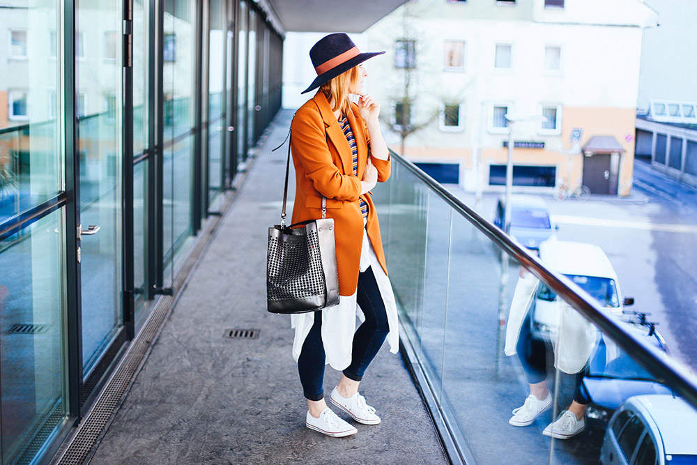 Freizeit Outfit, buntes Streifenshirt, Longblazer von Zara, Converse Sneaker Outfit, Vic Matie Tasche, Streetstyle, Fashion Blog, Modeblog, whoismocca.com