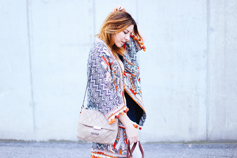 Boho Jacke von H&M, Free People Jeans, Stella McCartney Schultertasche, Ankle Boots, Outfit in Beige, Frenchie, Streetstyle, Fashion Blog, whoismocca.com