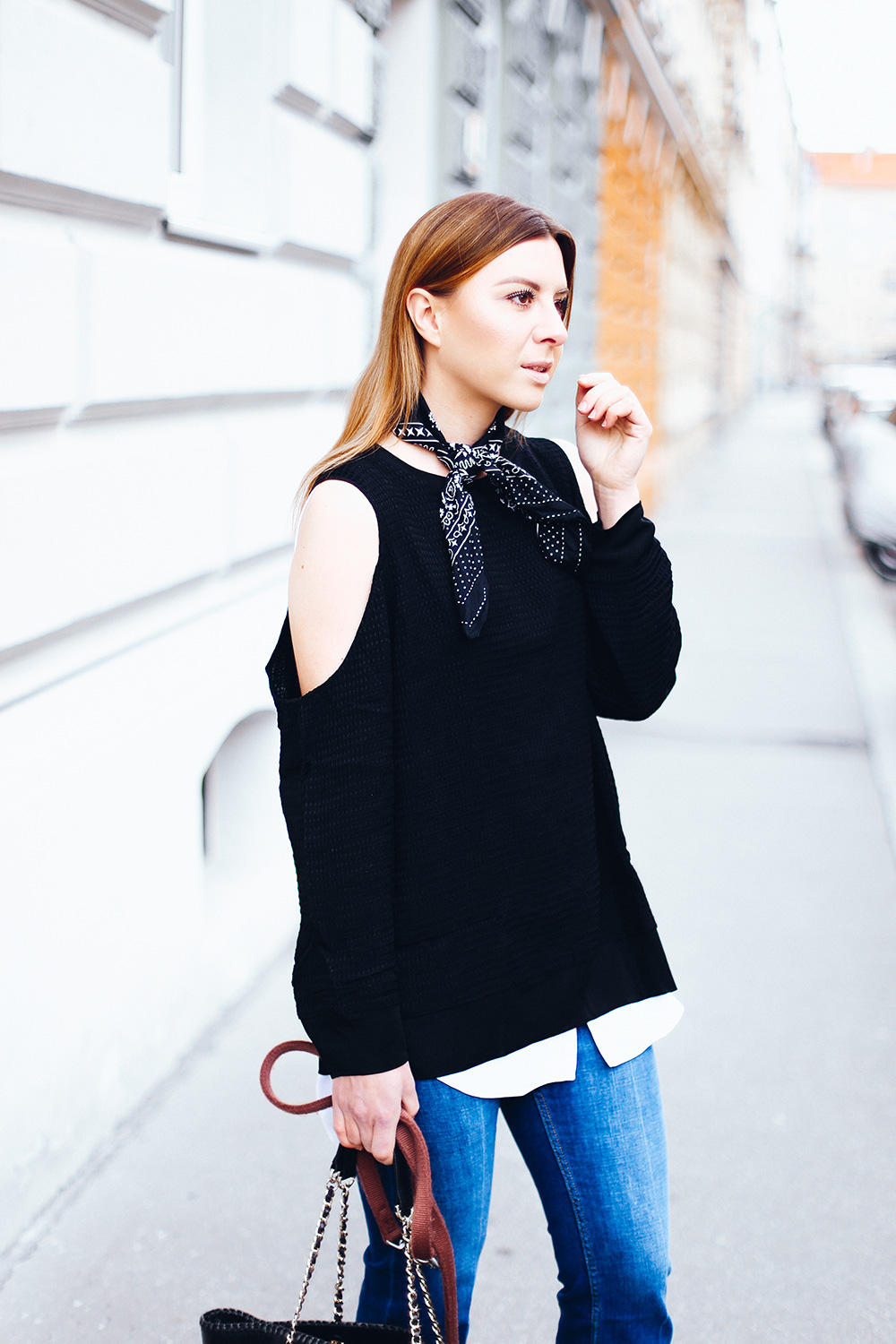 Streetstyle mit Kick Flare Jeans, schwarze Mules, Tory Burch Handtasche, Cold Shoulder Pullover, Bandana, Fashion Blog, Fashion Magazine, Modeblog, whoismocca.com