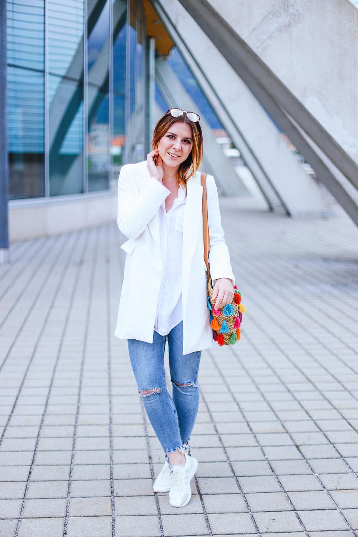 Outfit mit Strohtasche, Pepe Jeans Strohtasche, weiße Adidas Sneaker, ripped Jeans, weißer Blazer, Modeblog, Fashion Magazin, Blogazine, whoismocca.com