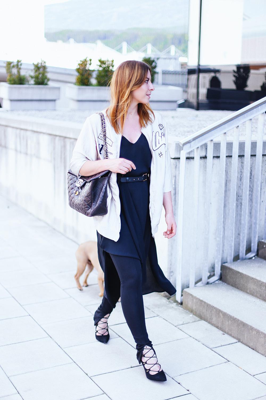 Schwarzes Maxikleid Kombinieren Zara Leggings Unter Kleid