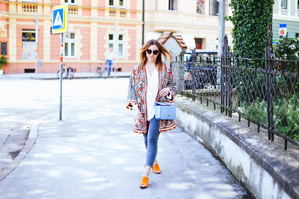 Orange Mules, Jacke mit Bommel, cropped Jeans, Streetstyle, Boho Jacke, Valentino Glam Lock Bag, Blogazin, Fashion Magazin, Blog, Modeblog, whoismocca.com