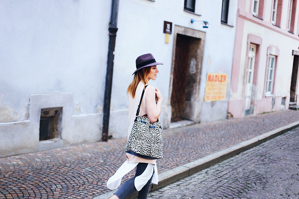 Outfit mit Weste, Metallic Slipper, Animal Print Shopper, Streetstyle, Frühlings Outfit, Sommer Outfit, Slipper Trend, Fashionblog, Modeblog, whoismocca.com