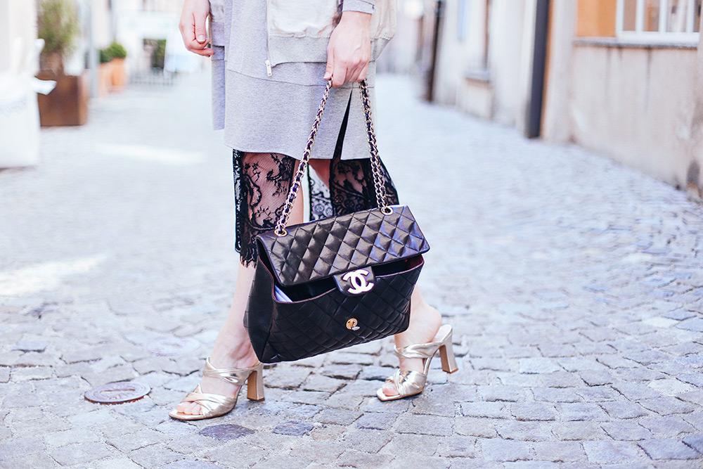 schwarzes Spitzenkleid, goldene Mules, Oversize Sweater, Streetstyle, Fashion Magazin, Fashionblog, Modeblog, whoismocca.com