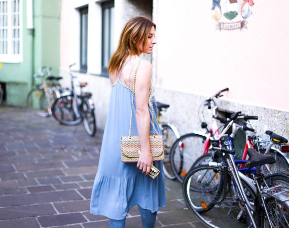 hellblaues Midikleid, ripped Jeans, Strohtasche, Streetstyle, Fashionblog, Modeblog, whoismocca.com