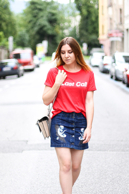 Jeansrock mit Stickerei, Last Call T-Shirt, Streetstyle Innsbruck, Schutz High Heels, Gucci Dionysus, Modeblog, Fashion Blog, whoismocca.com