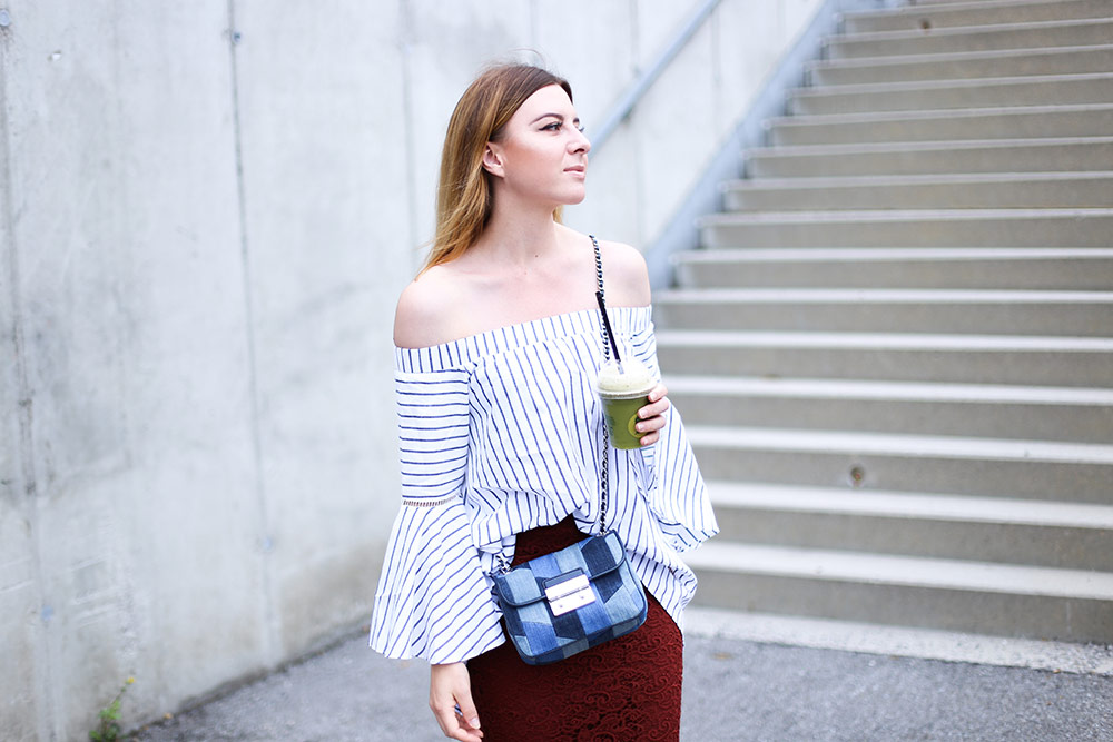 Midirock mit Spitze, Converse Sneakers, Off Shoulder Bluse mit Streifen, Michael Kors Cross Body Bag, Streetstyle, Fashion Blogger, whoismocca.com